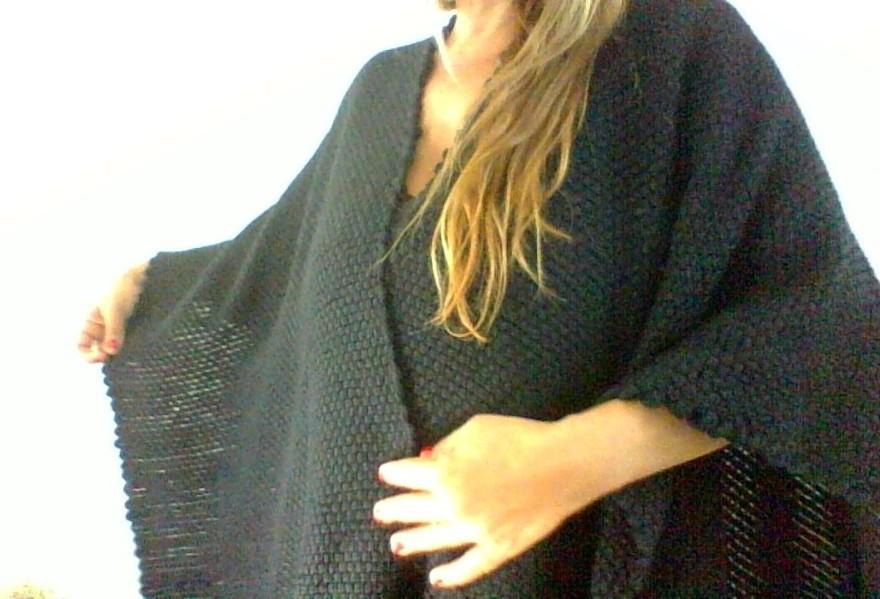 Poncho ruana de lana tejido en telar